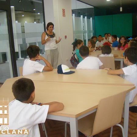 Aula del taller. Paloma Bueno atiende a los participantes.